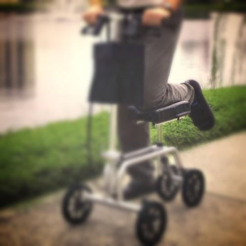 Uso de un caminador rollator de rodilla